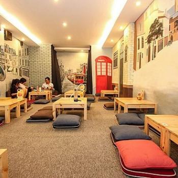 Trang trí quán cafe bằng thảm trải sàn.